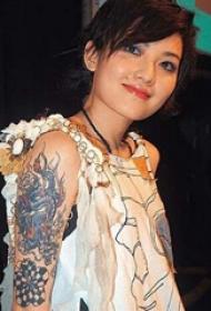 范晓萱的纹身  平安彩票导航网大臂上彩绘的龙纹身图片