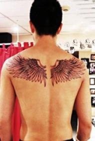 平安彩票导航网纹身  平安彩票导航网后背上黑灰的翅膀纹身图片