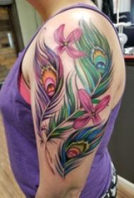 大臂紋身圖 女生大臂上花朵和孔雀羽毛紋身圖片