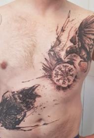 百乐动物纹身 男生胸部黑色的乌鸦纹身图片