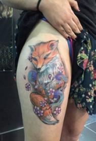 小動物紋身 女生大腿上花朵和狐貍紋身圖片