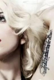 lady gaga的纹身  平安彩票导航网手臂上英文短句纹身图片