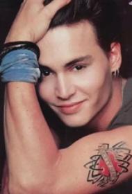 国际纹身明星  Johnny Depp大臂上彩绘的心形纹身图片