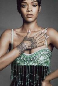 蕾哈娜手上纹身  明星手上极简的部落图腾纹身图片