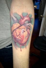手臂纹身素材 男生手臂上鲜活的心脏纹身图片