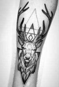 紋身黑色 男生手臂上三角形和鹿紋身圖片