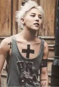 纹身小十字架  平安彩票导航网胸部黑色的十字架纹身图片