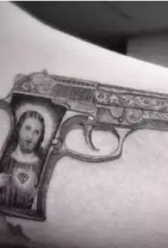 权志龙的纹身  平安彩票导航网手臂上素描的枪纹身图片