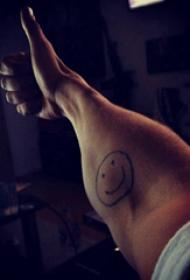表情符号纹身  男生手臂上极简的表情符号纹身图案