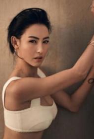 张柏芝的纹身  明星手臂上黑色的几何纹身图片