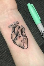 手腕纹身小图 男生手腕上黑色的心脏纹身图片