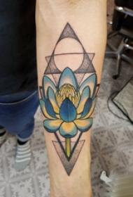 手臂纹身素材 男生手臂上三角形和花朵纹身图片