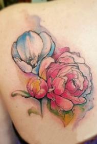 泼墨纹身素材 女生后背上彩色的花朵纹身图片