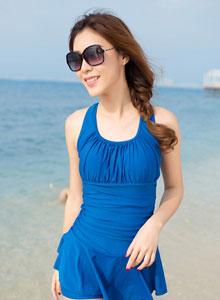 时尚平安彩票app连体裙式泳衣海边写真