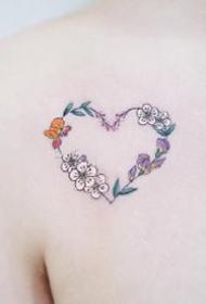 爱心小纹身--一组花花草草组成的心形小清新纹身图案