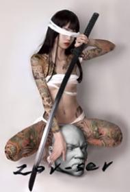 日式紋身美女--日本風格拿武士刀的紋身美女攝影寫真圖片