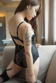 长发纹身美女图片--一组性感又漂亮的性感长腿纹身美女图片