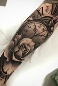 手臂胳膊上的欧美黑灰钟表玫瑰纹身图案9张