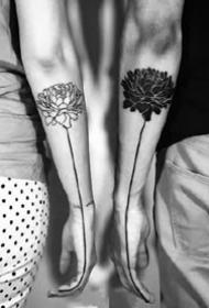 一组平安彩票网黑白色的小纹身作品图片9张