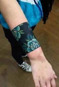 小臂手腕处很有民族风情的手环臂环纹身图案