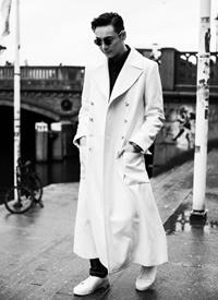 陈伟霆身穿白色双排扣大衣温暖又明