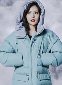 金泫雅穿着厚厚的羽绒服展现出一副冰雪美人的图片