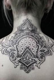 颈部繁花纹身:颈部后背处的一组梵花纹身图案欣赏