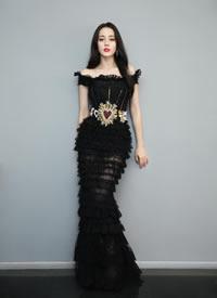 迪丽热巴穿黑色晚礼服 美得像个公主