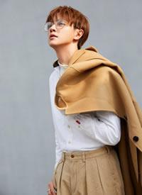 剪裁利落的软呢大衣搭配卡其色休闲裤,为造型注满温柔内敛