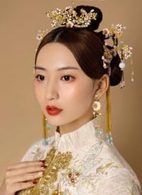 一个简约的古典造型就能让新娘浑身散发古典气息的美感