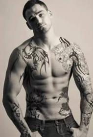 纹身帅哥:肌肉与纹身完美结合的帅哥图片