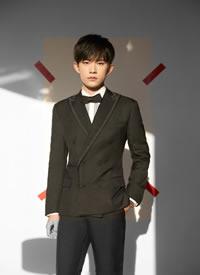 易烊千玺深色西装搭配领结,演绎温润绅士风度