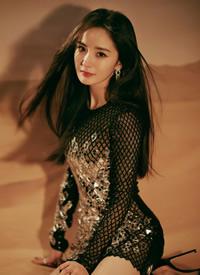 今晚杨幂以一袭银色亮片小短裙亮相红毯,相当漂亮又性感迷人