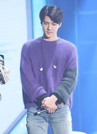 吴世勋穿紫色毛衣搭配蓝色牛仔裤,亲身示范冬日搭配
