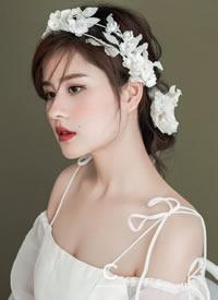 白色山茶花吐露芬芳,美而自持,妖而不媚