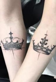 适合平安彩票网的一组成对的皇冠纹身作品