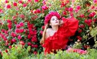 頭上帶著玫瑰花花圈的美女圖片_13張
