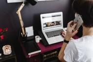 家庭辦公室的紫紅色桌子圖片_14張