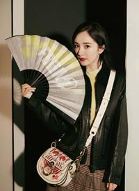 杨幂黑色夹克搭配高腰长裙,时髦混搭不单调,活泼又乖巧