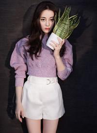 迪丽热巴身着淡紫色毛衣搭配白色短裤,温柔甜美清新可人