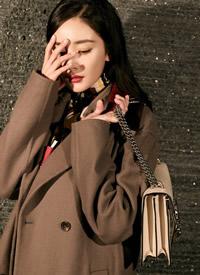 杨幂穿棕色大衣优雅大气,用撞色衣领做点缀,低调中透露精巧华丽