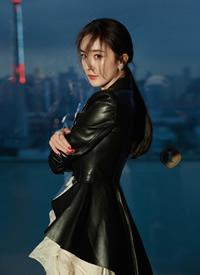 杨幂柔美的蕾丝与硬朗的皮衣完美结合,时尚干练,气质十足