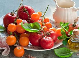 没有成熟的西红柿的味道是酸溜溜的
