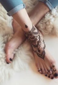 两只脚背上很好看的梵花纹身图案