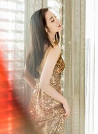 迪丽热巴一袭金色小亮片连衣裙,身姿曼妙,端庄矜持