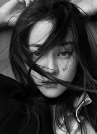 迪丽热巴时尚摩登黑白写真淡雅极简的黑白风格更显平安彩票开奖网魅力