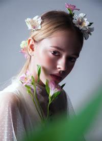 白色的蕾丝,绽放的花蕊,清透干净的妆