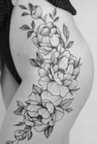 女士性感大腿上的素花紋身作品圖片