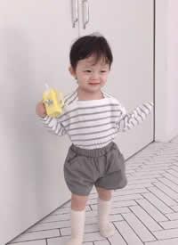 一组穿搭特别时尚的小宝宝拍摄图片