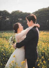 一组在油菜花地里拍摄的唯美婚纱摄